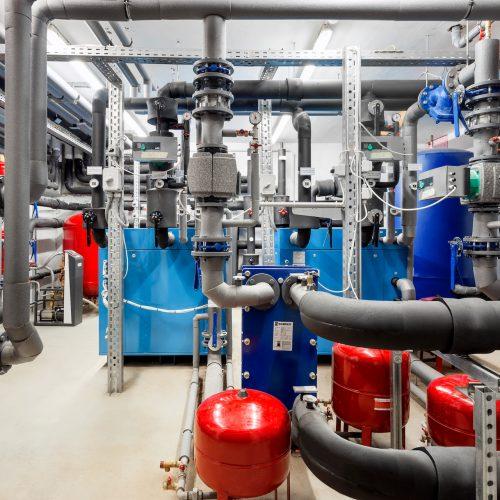 Hőközpont víz-víz hőszivattyúkkal, távhőellátással, termálvíz hőhasznosítással.  szerelésvezető: Sipos Ferenc